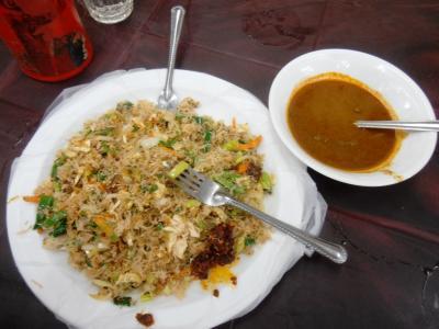 2011年8月タイ-スリランカ旅行スリランカ後半17日コロンボ空港近く食堂インディアーッパヌードルとカレーソース