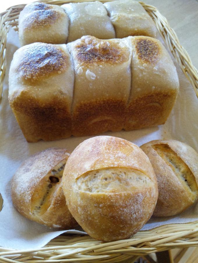 苺酵母角食ぱんとGレーズン酵母砂糖胡桃のパン