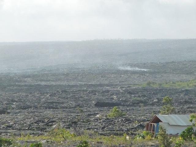 まだ上がる溶岩石からの蒸気