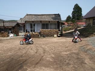 _バイクに乗る子どもたち