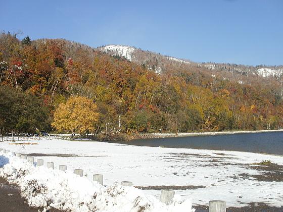支笏湖畔は紅葉の盛りを過ぎています。