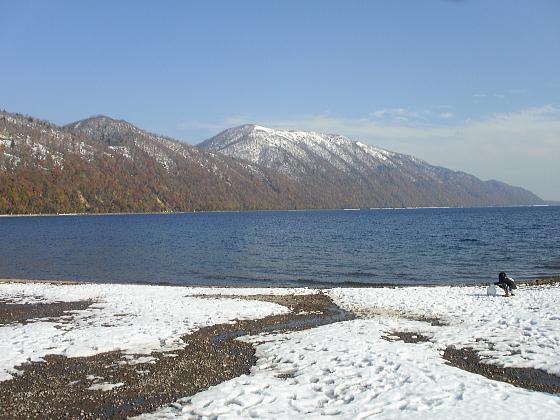 支笏湖畔に雪が積もりました。