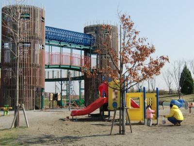 都立汐入公園の複合遊具場