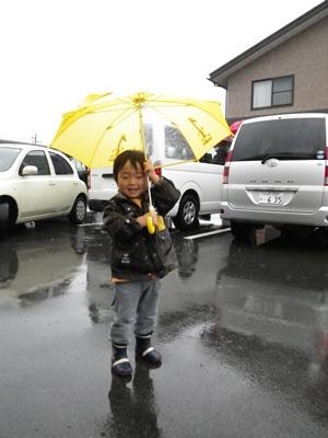 傘を広げて