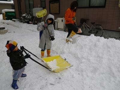 いえいえ雪を集めて