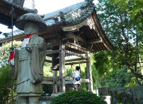 お寺によっては鐘を衝けない所もあります(近隣の民家に迷惑など)