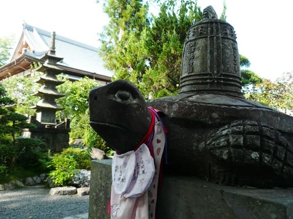 お寺のシンボル・梵鐘を背負う亀