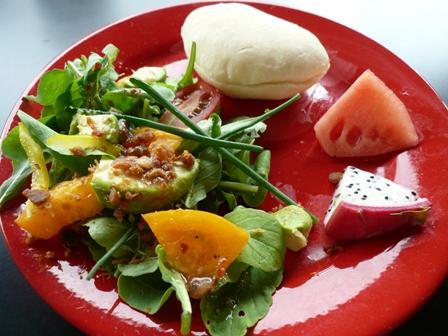自家栽培っぽいハーブを使ったサラダ