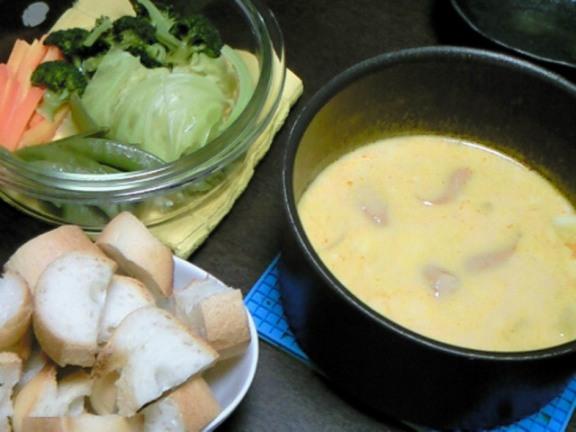 鍋の材料とは別に、フランスパンと蒸し野菜を用意♪