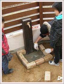 排水パンに石を並べる