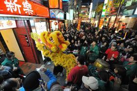 中華風獅子舞「採青」