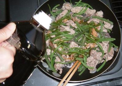 プライパンで豚肉とミズを炒めたところに味どうらくの里を入れたところ