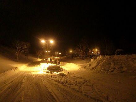 雪のコテージへ行く道
