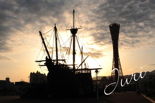 夕日に焼ける船