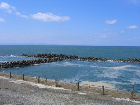新潟の海岸沿いから佐渡を見渡す。