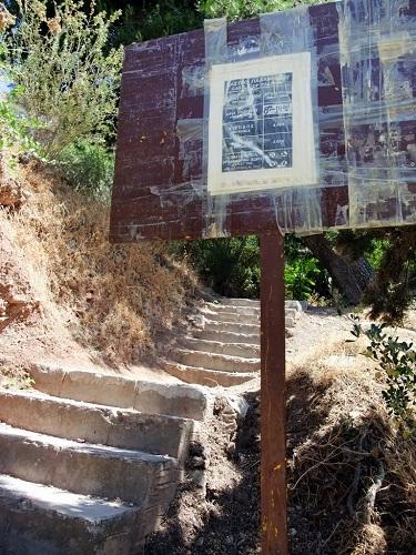パラミディへの石段のスタート地点