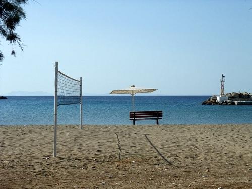 シキノス_港のそばのビーチ