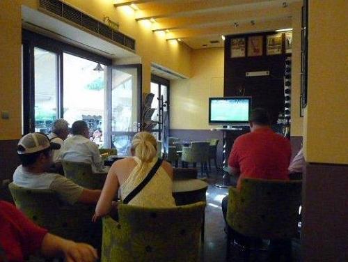 プラカのカフェでW杯観戦