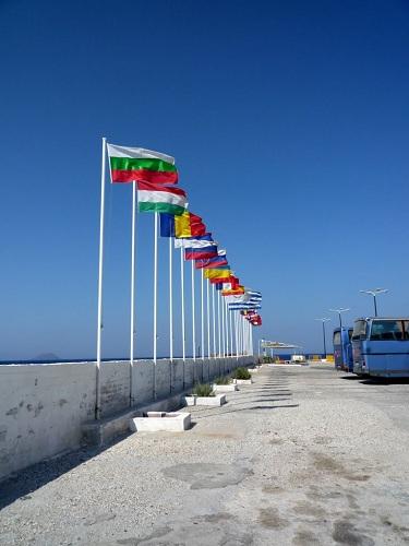 ニシロス_港のEU圏の国旗