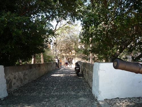 騎士団の城の入り口へ
