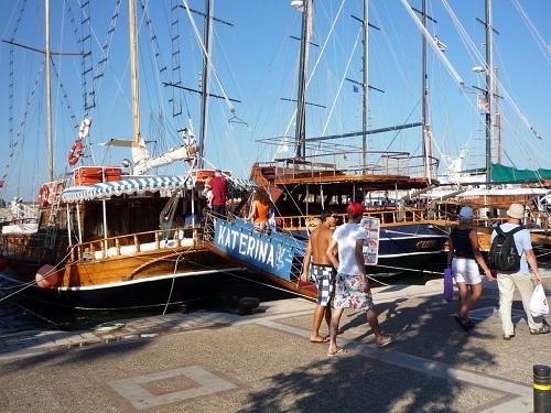 コス_ハーバーはトルコや近隣の島へのクルーズ船で一杯