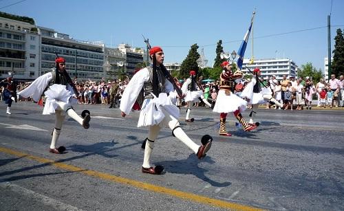 アテネ_衛兵交代式のパレード (1)