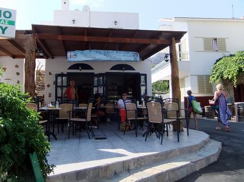 ティロス_バス停の向かいのカフェ