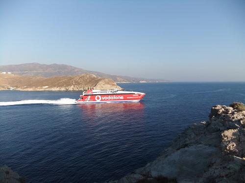 イオス_灯台で船を見送る