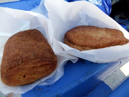 フォレガンドロス_港で買ったパイ