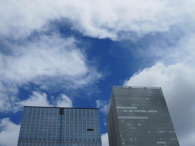 東京駅近くの青空