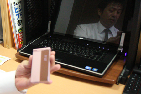 ピンクの携帯を持つ50歳男性
