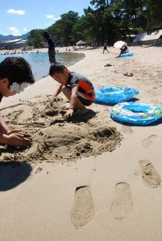 パパも砂遊び