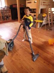 我が家の雄星、掃除機をかける