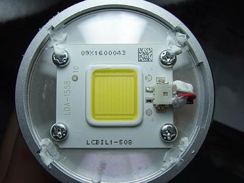 LED部拡大メインのLED部を見るとこんな感じ。左がAW6N、右がAW8N。LEDの種類が全く違っているのが面白い。