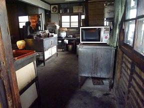 厨房の広さがかつての栄華のときを物語ってます