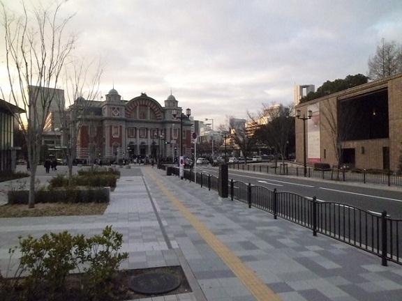 右は東洋陶磁美術館,左は中之島公会堂 シトロエンとか停まってるとパリの街に見えませんか