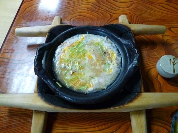 こっちはうぞふすい 土鍋の底はアツアツです 底の木枠が焦げてます