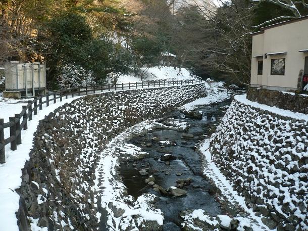 雪の渓流です