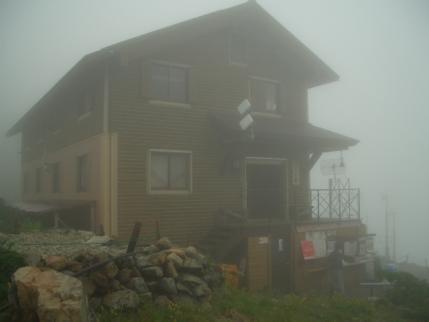 仙丈小屋も霧の中