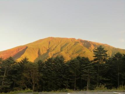 朝日に染まる御嶽山