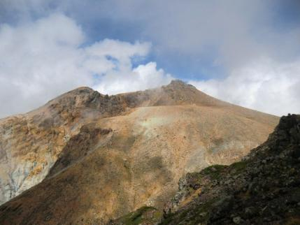 奥の院から剣ヶ峰、左側は地獄谷