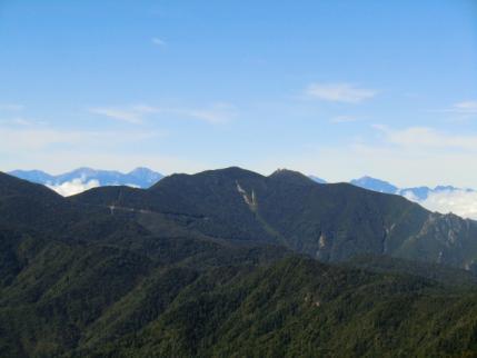 金峰山の後ろに南アルプス