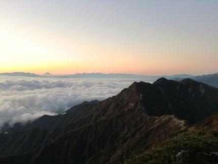 爺ヶ岳の後ろには、八ヶ岳、富士山、南アルプス