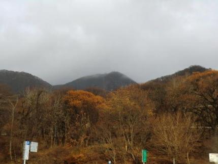 雨に煙る地蔵岳