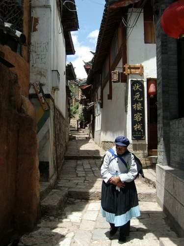 民族衣装おばちゃん 歩く