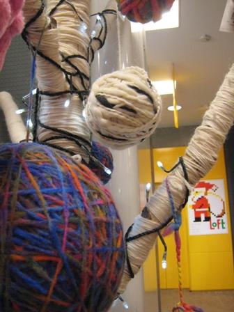 編み物のツリーです。ロフト梅田店にて。