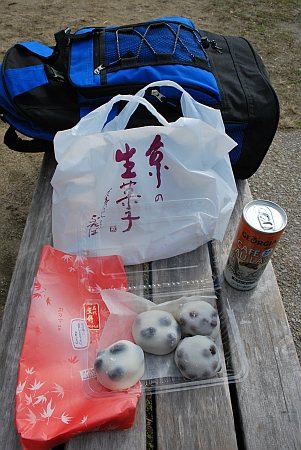 賀茂の河原で食べましょう。(*´艸`)