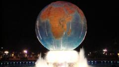 2010.01.09 ディズニーシー 夜の噴水と地球(幅:240px)