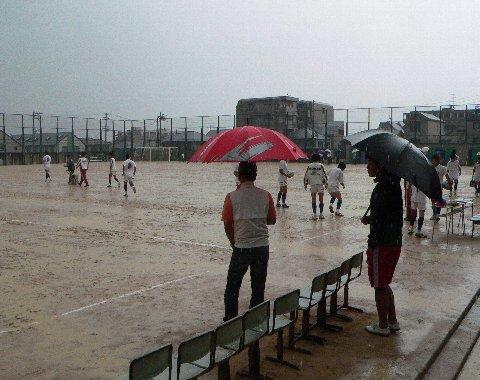雨の日、試合前のグラウンド