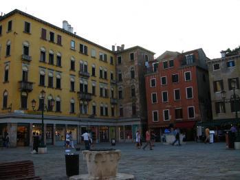 IMG_2285右側の赤っぽい建物が泊まってるホテル